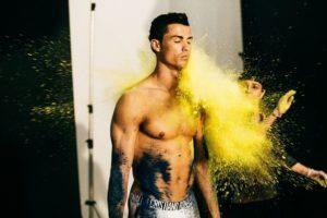 Cristiano Ronaldo enlève le haut